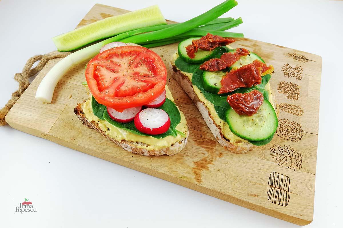 Sandwich cu humus si legume
